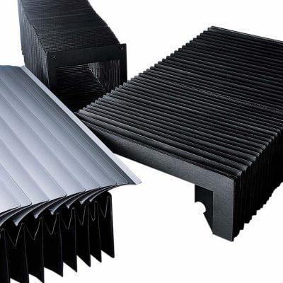 Johdesuojat valmistetaan laadukkaista materiaaleista estämään pölyn, lian, nesteiden ja työstölastujen pääsyn kontaktiin liikkuvien osien kanssa.